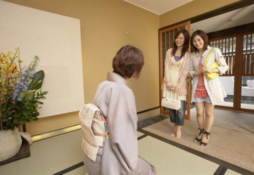 TOURISM IN JAPAN BEGINS TO FIGHT BACK