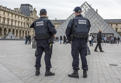 PARIS TOURISM HARMED BY RECENT STRIKES