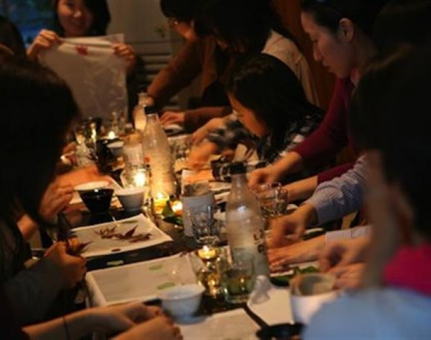 Peer-to-Peer Dining: A Trendy Way to Dine with Strangers and Make Money